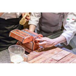 Marcato ATLAS150 DESIGN ΑΛΟΥΜΙΝΙΟ Ανοδιωμένο Βαμμένο Μηχανή Φύλλου και Ζυμαρικών 20x20x15.5cm Διαιρούμενη MAX Πλάτος Ζύμης 15cm Βάρος 1.68kg Ροζ Ιταλίας
